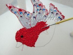 鳥の胴体を糸刺繍しています。