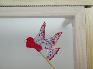 全体に赤い色の鳥です。