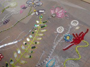 糸刺繍やスパンコールでお花と葉が刺してあります。
