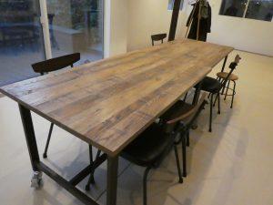 テーブルと椅子が並んでいるレッスンルームです。