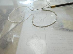 花びらの形にワイヤーを入れて刺しています。