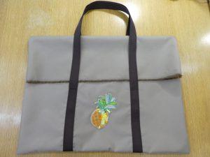 刺繍枠を入れるバックに、ビーズとスパンコールで刺したパイナップルを縫い止めています。