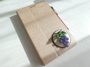 タブレットのケースに揺れる葡萄の実が飾ってあります。