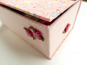 箱のサイドにお花飾りをつけています。