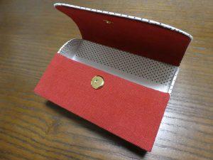 ケースの正面に赤い生地を貼ります。