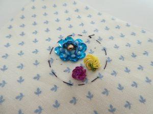 スパンコールとビーズを使った円形の2つの花です。