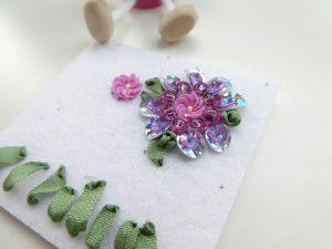 スパンコールのお花とリボン刺繍をコラボさせています。