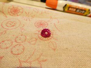 同心円のお花をスパンコールで刺します。