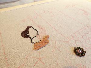 頭部は1本どりで密に糸刺繍します
