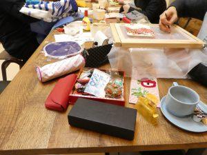 テーブルを囲んでビーズ刺繍のレッスン中です。