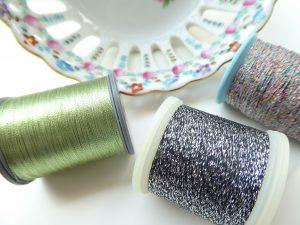 手刺繍でブローチとパーツデザインを刺します。