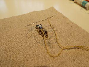 ワイヤーを刺した内側にビーズとスパンコールを刺します