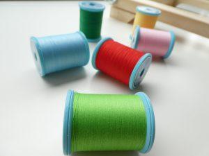ポリエステル糸でアリワーク刺繍。