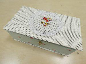 ビーズ刺繍とカルトナージュをコラボさせた箱です。