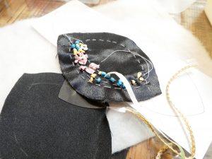 リボン刺繍で小花を刺した貝の口です。