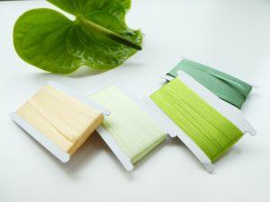 リボン刺繍に使用するリボンが並んでいます。