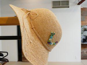 帽子にアリワークで刺した虫をアップリケしました。