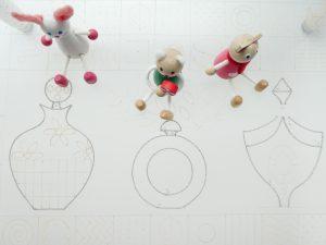 輪郭をワイヤーで形どった3個の香水瓶です。