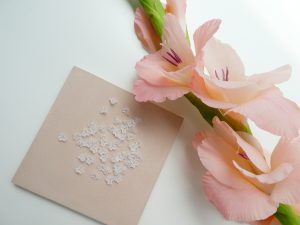 立体的な小さい花形ビーズです。