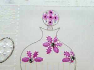 糸刺繍とスパンコールで刺したお花です。