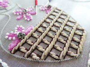 モールをアウトラインステッチして、その両サイドに糸刺繍します。