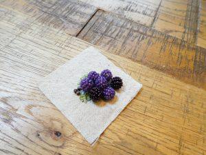 小さな葡萄のブローチです。