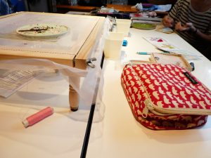 向かい合わせのテーブルでビーズ刺繍のレッスンです。