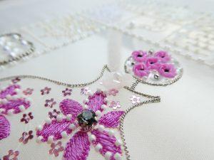レーヨン糸で刺した花の周りに3mm花形スパンコールを両止めします。