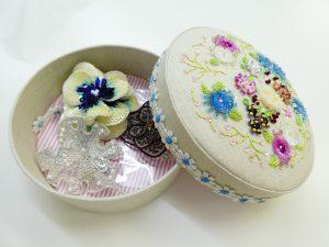ビーズ刺繍した生地で丸箱を制作しました。