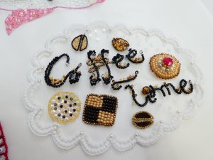 ビーズとモールで刺した可愛い様々なクッキーです。