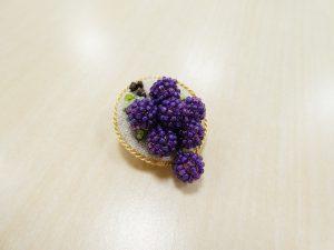 パールとビーズで作った葡萄が揺れるブローチです。