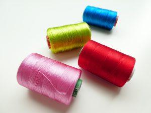 光沢のあるレーヨン糸です。