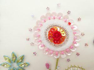 レーヨン糸で刺した円形のお花です。