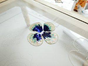 花びらの輪郭にワイヤーを入れてます。内側にスパンコールを鱗のように刺します。