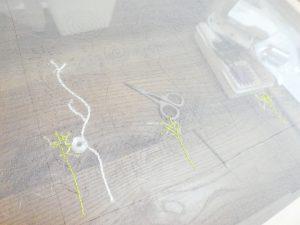 レーヨン糸を使ってアリワークで茎を刺しています。