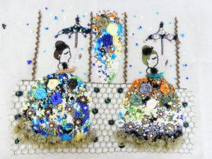 ビーズ刺繍とリボン刺繍のコラボ作品です。豪華な花のドレスを絡った女性が2人並んでいます。