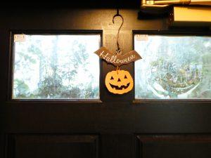 玄関のドアにハロウインの飾りがあります。