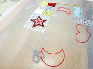 2本どりの糸で星型、三日月、ハート型を刺しています。スパンコールも縦横方向に刺してあります。