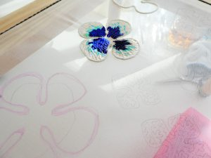 アリワークで花びらを作っています。スパンコールが鱗のように綺麗に並んでいます。