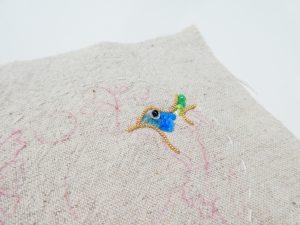 ワイヤーで小鳥の形を作ってます。顔をスパンコールで刺しています。