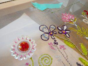 アリワーク刺しています。レーヨン糸で繊細な糸刺繍をしています。お花が綺麗にできています。