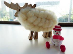 クリスマスグッツのトナカイと雪だるま。
