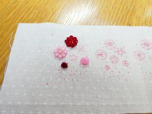 カップ型スパンコールで刺した立体的なお花があります。