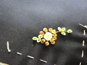 タコ糸で花芯を作り、周りにスパンコールを刺しています。