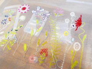 アリワークで刺しています。レーヨン糸で刺した葉やお花が沢山あります。