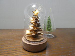 ガラスの中の小さなクリスマスツリーです。