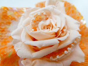 プリザーブドフラワーの薔薇の中心に、アリワークで刺した花びらが固定されています。