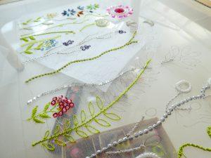 レーヨン糸で繊細な刺繍をしています。スパンコールとビーズで刺した、様々な花があります。