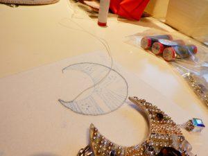三日月型のチャームを制作中です。輪郭にワイヤーを固定しています。