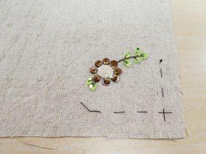 小物入れを制作中です。フラットなスパンコールで円形のお花を刺しています。